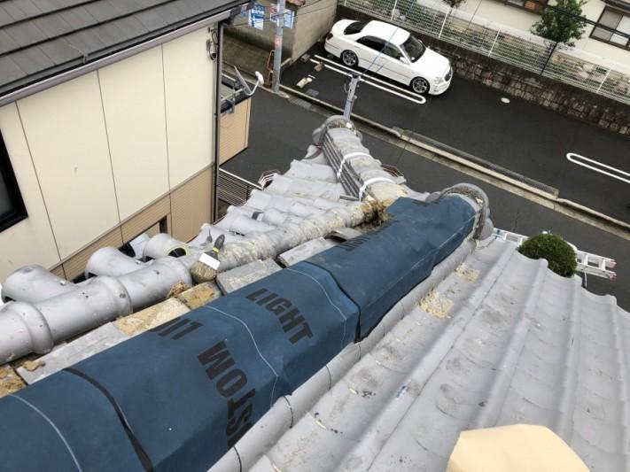 台風で倒壊した瓦屋根を防水シートで養生
