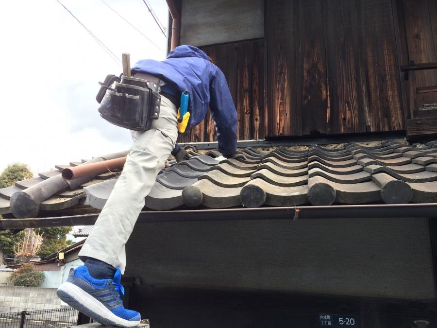 新しいなんばんを屋根に塗り新しい瓦を乗せ固めているところ