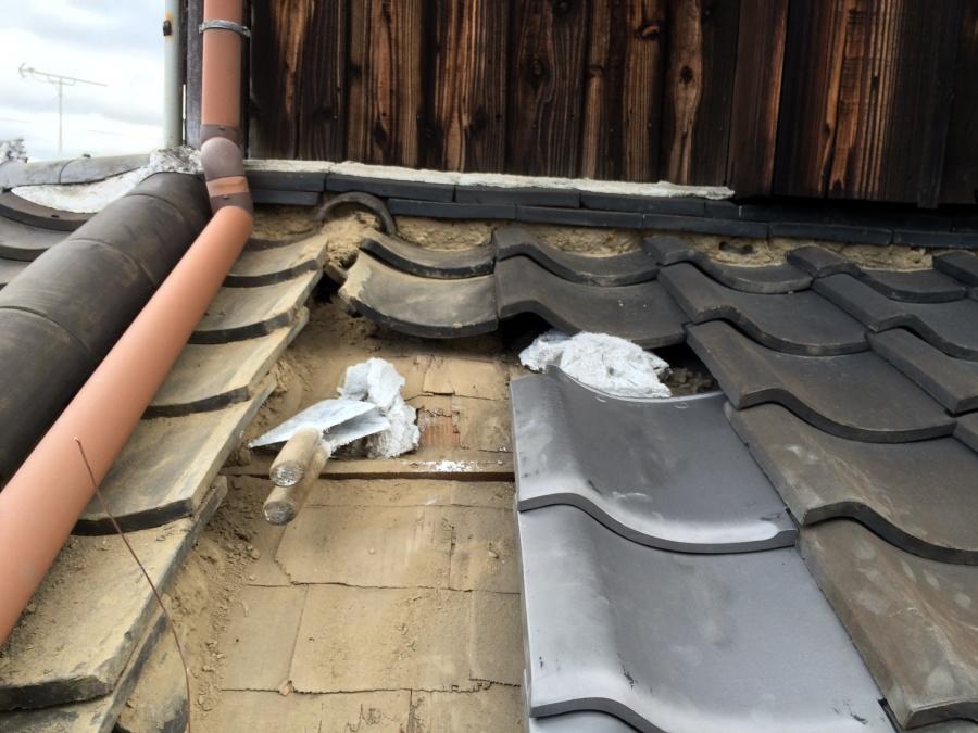 土を除去し新しくなんばんを敷いて瓦を葺く