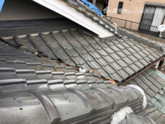 地震で崩れた瓦屋根