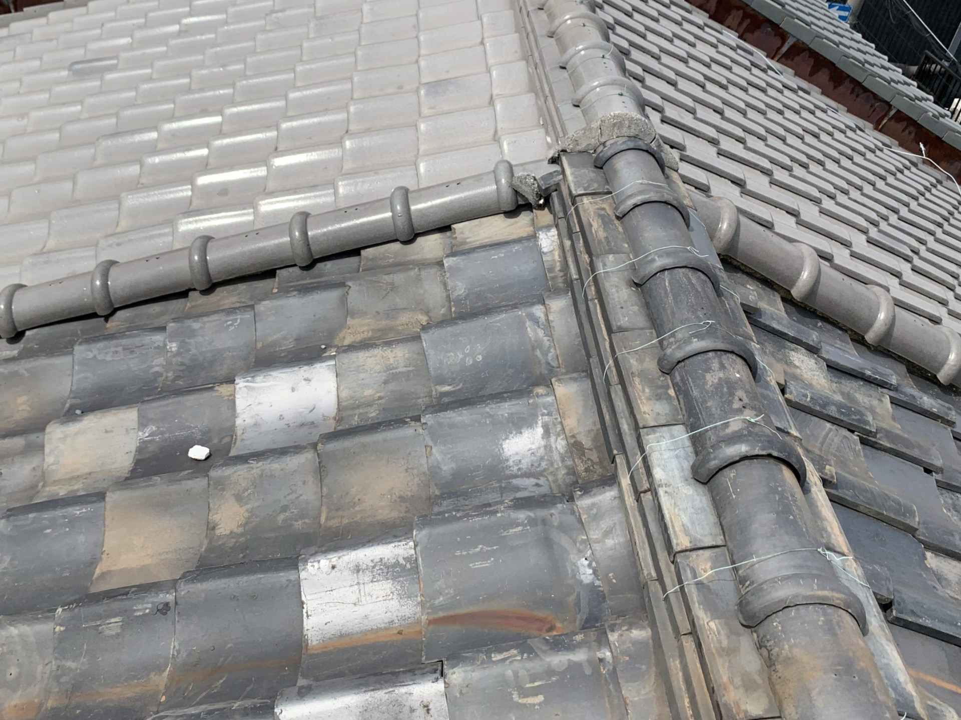 屋根に漆喰の破片が落ちている