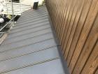 葺き替え後の下屋根と張替え後の外壁