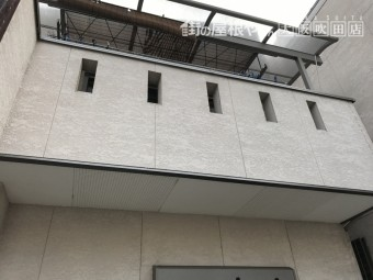 クリーム色外壁建物の二階バルコニー