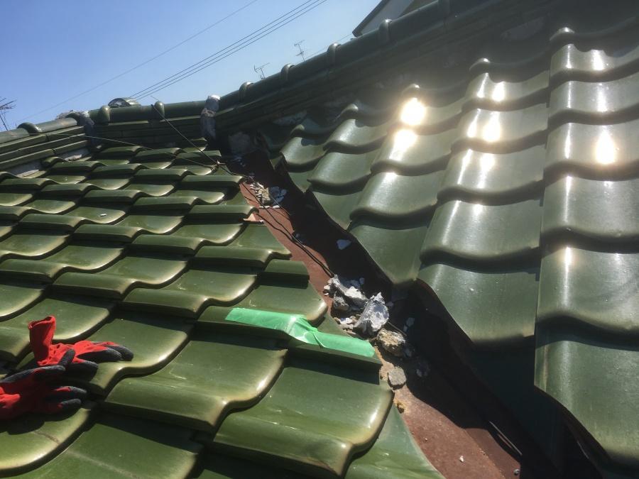 屋根の上の割れた瓦