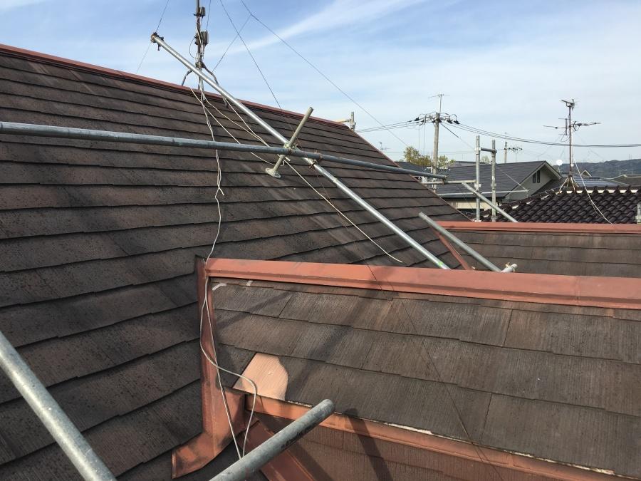 スレート屋根補修工事のために足場を組む