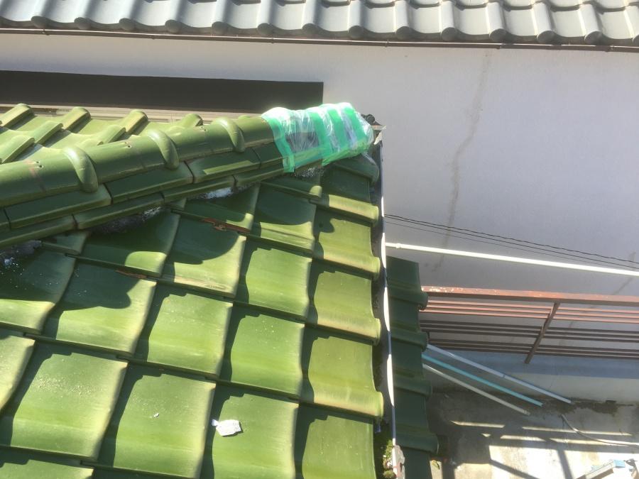 瓦のズレを防止する応急処置のテープとカバー