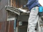 旧い瓦の屋根に新しくなんばんを敷いていく職人