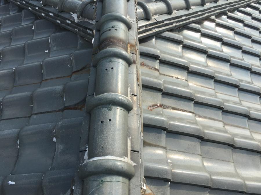 劣化した屋根と漆喰
