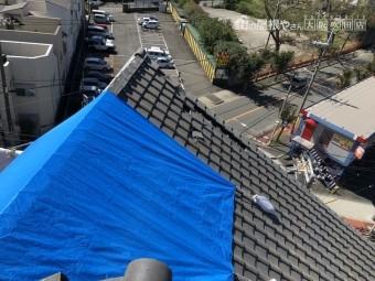 破損した瓦屋根にブルーシート応急処置