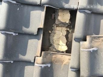 劣化した瓦をめくって調査