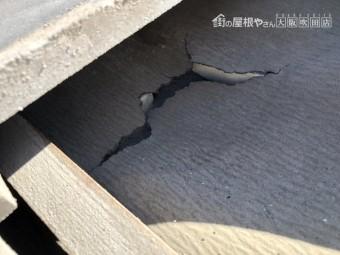 瓦がめくれ中の屋根材が破損