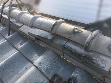 修繕前の歪んだ屋根の棟