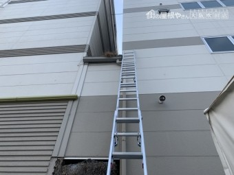 梯子をかけて工場現地調査