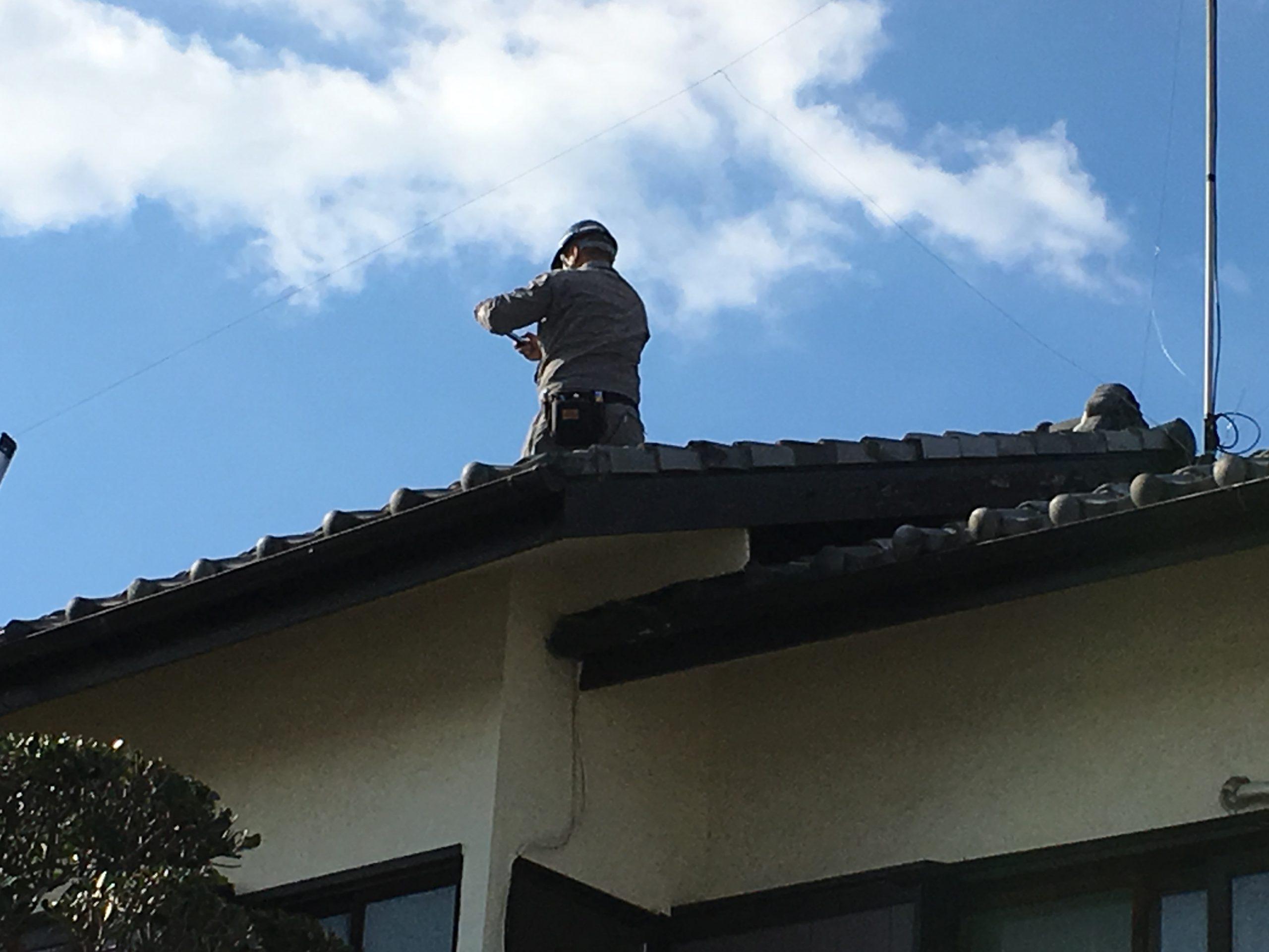 屋根にのぼって雨漏り調査続行