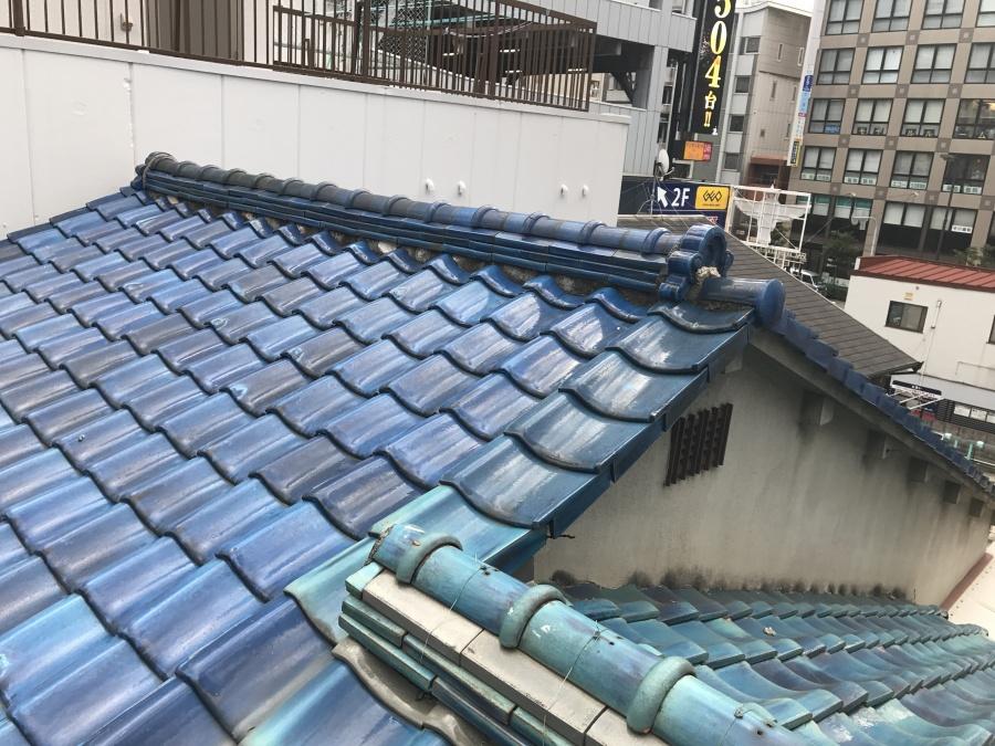 割れ欠け破損の見られる青い瓦屋根の現場