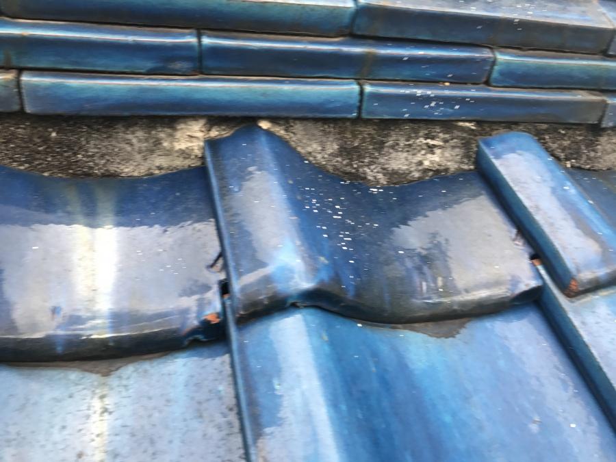 のし瓦下に詰めてある漆喰の劣化欠損