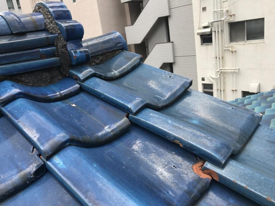 瓦屋根が欠けて劣化している様子