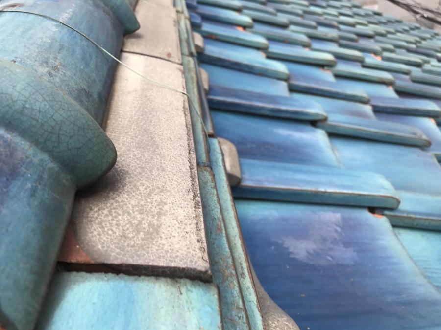 瓦屋根ののし瓦を違う素材のもので代替している様子