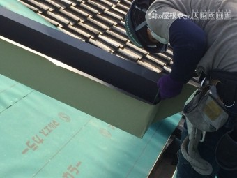 ガルバリウム鋼板を谷板金に加工している職人