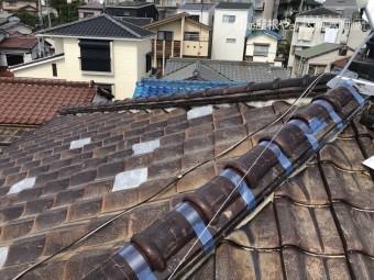 瓦の破損した屋根