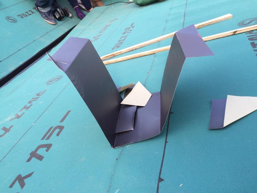 加工後のガルバリウム鋼板製谷板金の端材