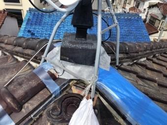 ブルーシートで養生した屋根の棟