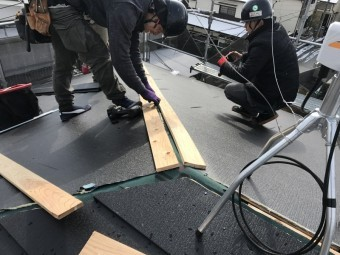 棟に新しい木材をつける