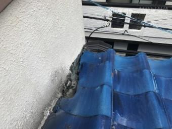 瓦屋根と壁の接合部分の立ち上がり箇所が大きく破損、瓦が割れ中が丸見え