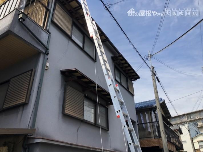 はしごの掛かった建物外観