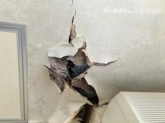 天井が壊れている