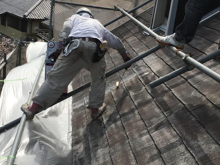 屋根下地塗料のニッペシリコンベスト強化シーラーを塗布する職人