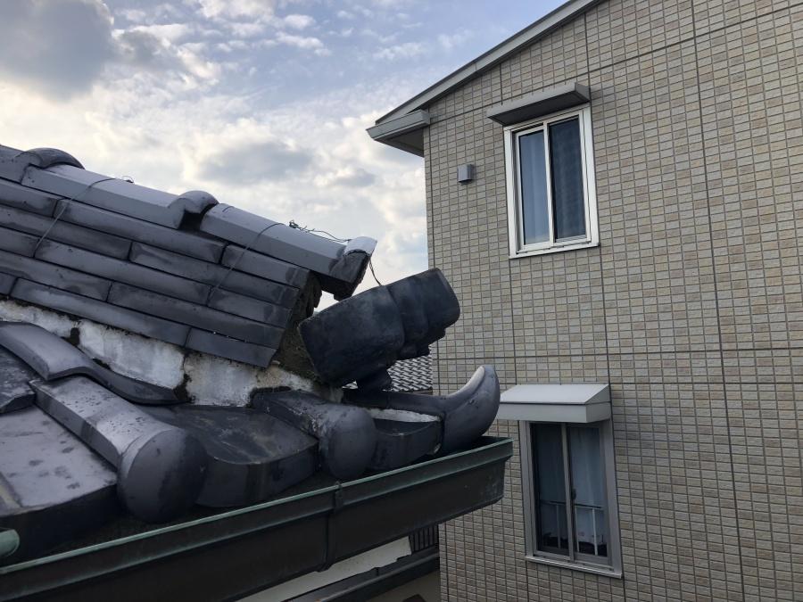 瓦が落下しそうになっている屋根
