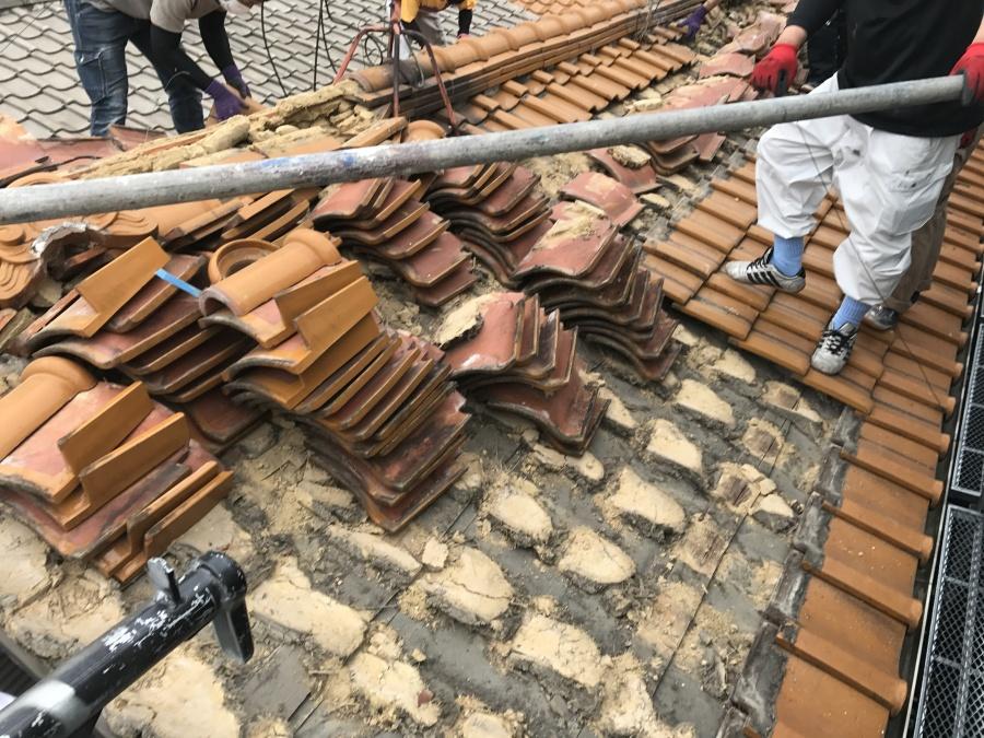 葺き替え工事 既存屋根材の解体作業中