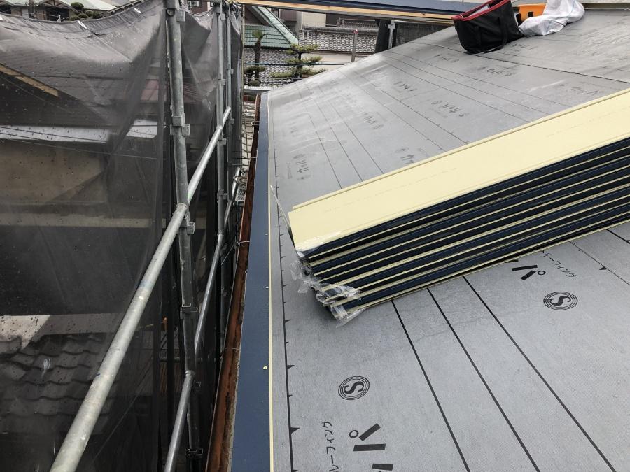 ガルバリウム鋼板による葺き替え工事中