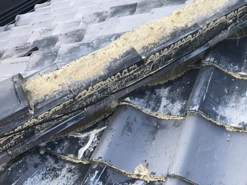 台風被害で崩れた瓦屋根(棟)
