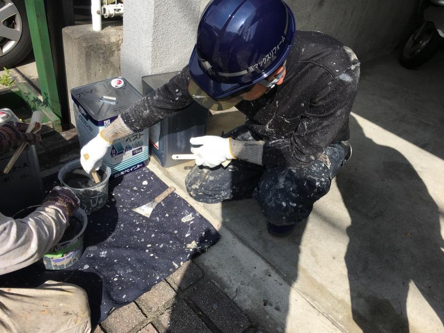 スレート屋根用塗料ファインシリコンベストを撹拌する職人