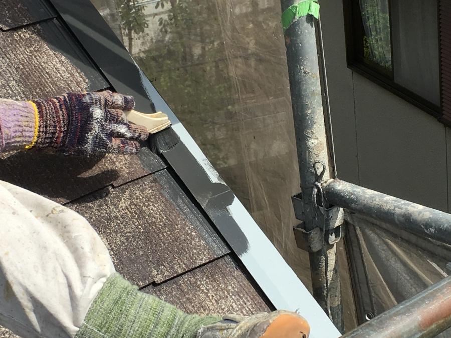 屋根板金に錆止め処理をした後塗装していく職人