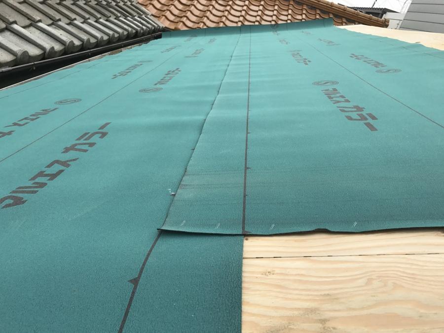 改質アスファルトルーフィングを100mm被せて屋根全面に敷きこんでいきます!