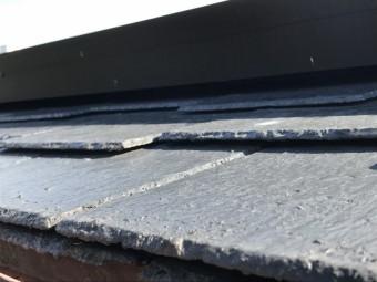 劣化して割れたスレート屋根