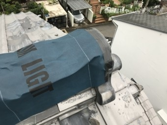 台風で崩壊した大棟をアスファルトルーフィングシートでカバー