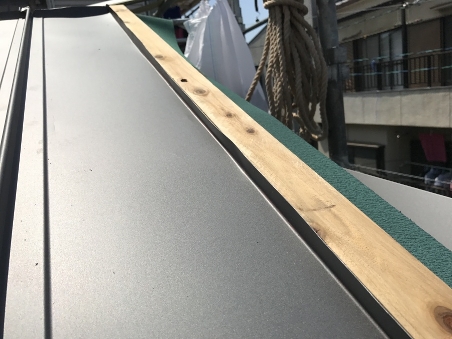 屋根のケラバに胴縁を施工し、破風板金を取り付けます。