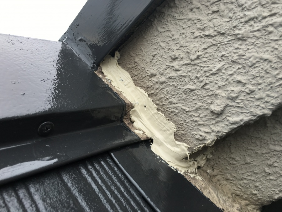 屋根塗装と外壁のクラックにコーキング剤で補修したところ