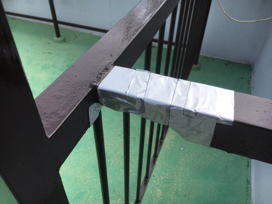 腐食部分をテープで保護した鉄柵
