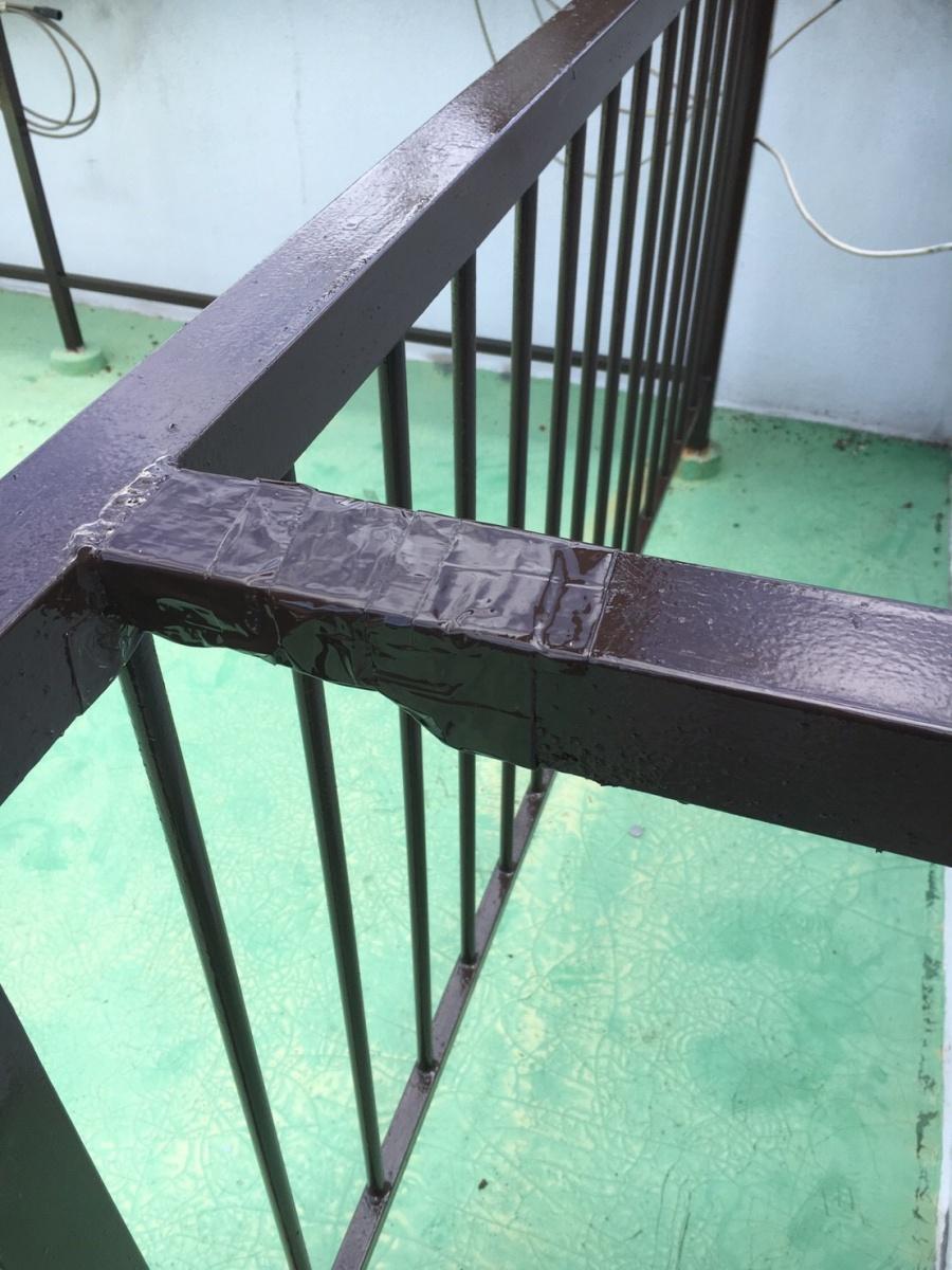 腐食部分をテープで保護し塗料を塗った鉄柵
