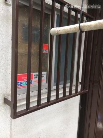 再塗装した鉄製の窓の柵