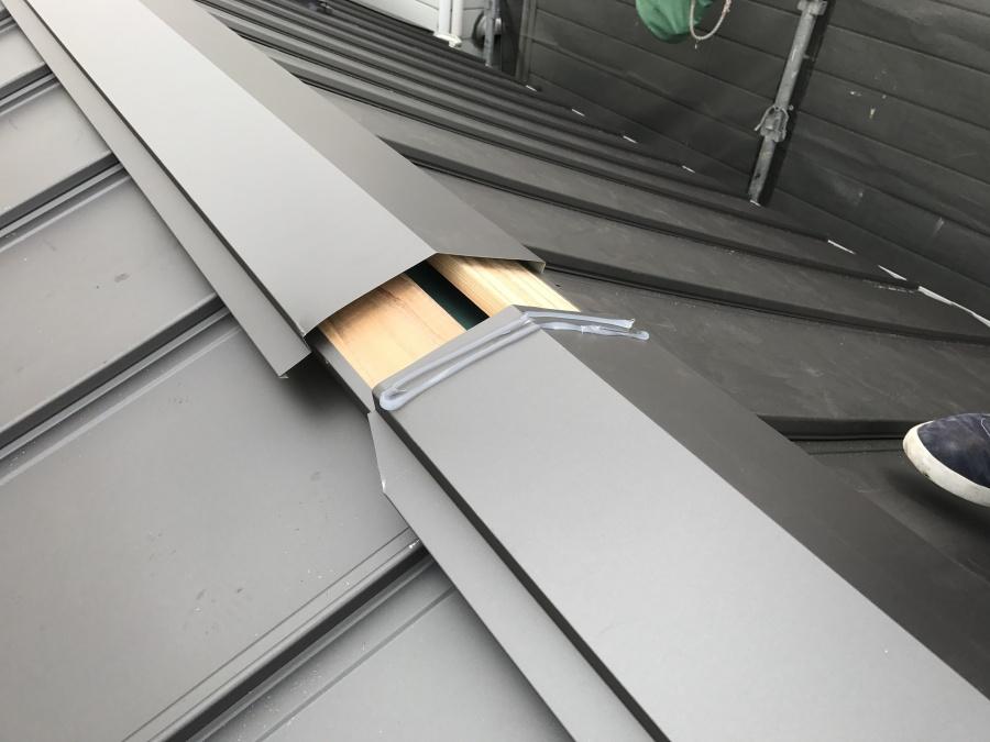 貫板に棟板金を取りつけます。