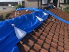 台風の強風で崩壊した棟をブルーシートでカバー