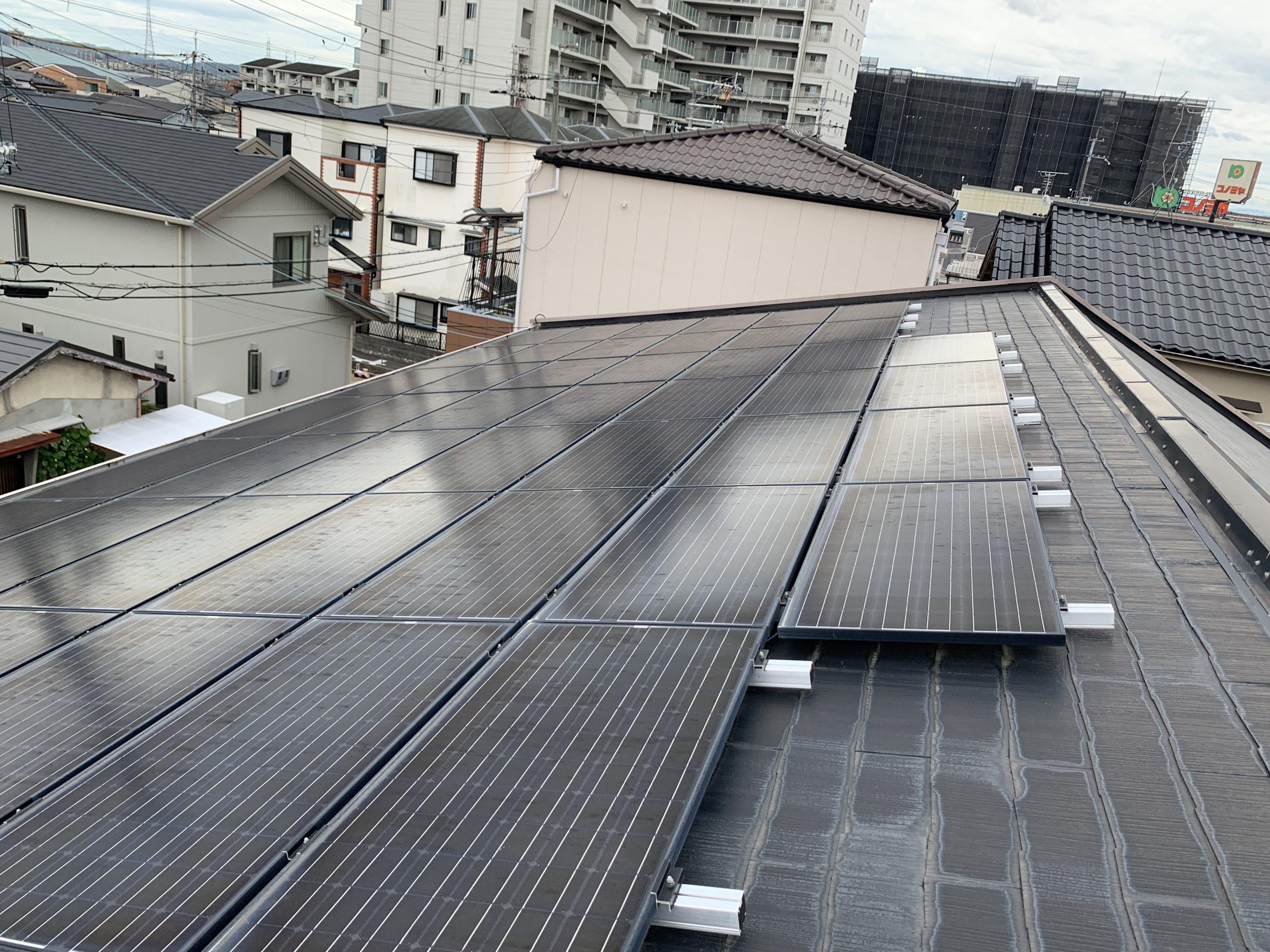 屋根に固定された太陽光パネル