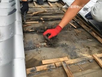 朽ちた引っかけ瓦桟の撤去