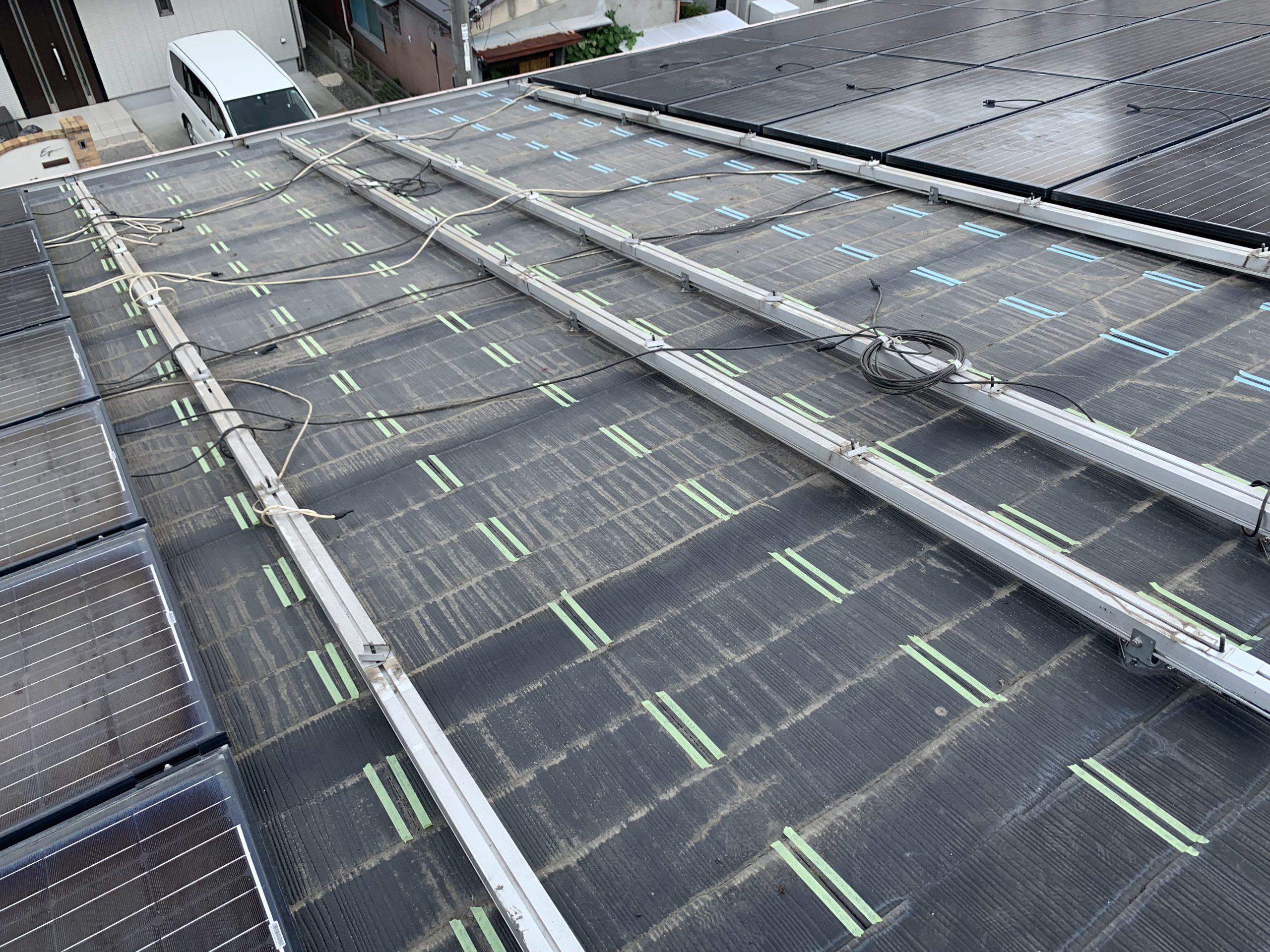 屋根の太陽光パネルを撤去中
